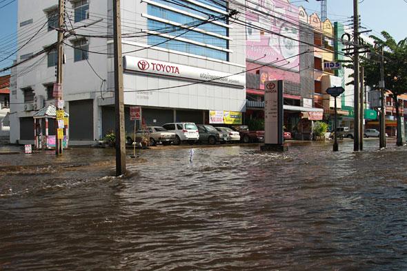Thai Floods: Six Boats Pushing Flood Water